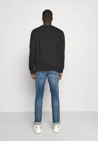 Nike Sportswear - REPEAT CREW - Sweatshirt - black/silver - 2