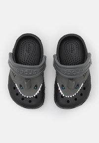 Crocs - CLASSIC I AM SHARK - Klapki - black - 3