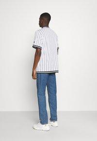 Karl Kani - VARSITY PINSTRIPE BASEBALL - Shirt - white - 2
