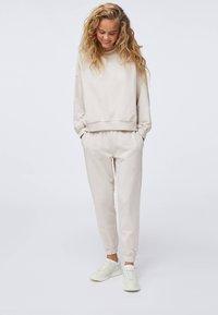 OYSHO - Pantalon de survêtement - beige - 1