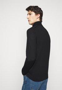 Michael Kors - NEW BASIC TURTLE - Svetr - black - 2
