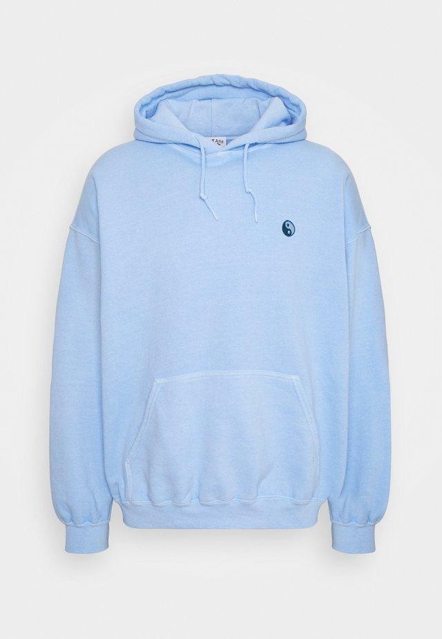 CORE OVERDYED HOODIE WITH YIN YANG UNISEX - Sweatshirt - sky blue