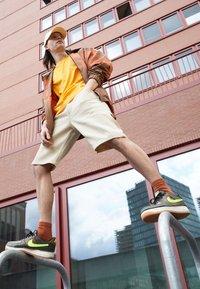 Nike Sportswear - AF1/1 UNISEX - Sneakers laag - medium olive/volt/rattan/black/dark driftwood/sail - 0