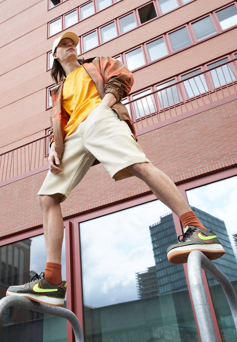 Nike Sportswear - AF1/1 UNISEX - Sneakers laag - medium olive/volt/rattan/black/dark driftwood/sail