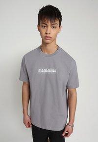 Napapijri - BEATNIK - T-shirt med print - grey gull - 0