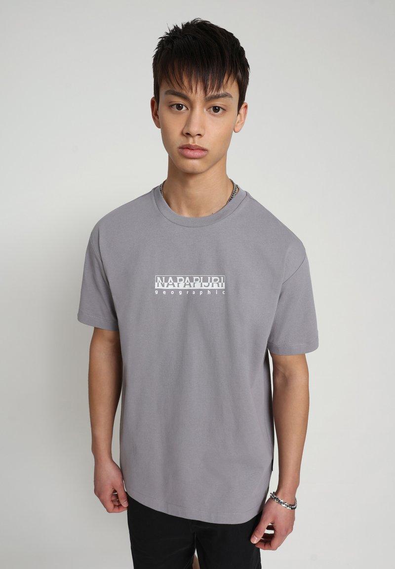 Napapijri - BEATNIK - T-shirt med print - grey gull
