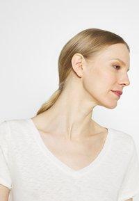 Marc O'Polo DENIM - SHORT SLEEVE V NECK - Basic T-shirt - scandinavian white - 3