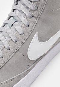 Nike Sportswear - BLAZER MID '77 UNISEX - Zapatillas altas - light smoke grey/white/black - 7
