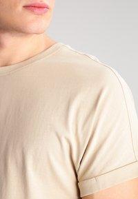 Urban Classics - LONG SHAPED TURNUP - Basic T-shirt - sand - 3
