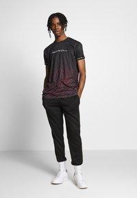 Kings Will Dream - KAYDON WITH FADE ZEBRA  - Print T-shirt - black - 1
