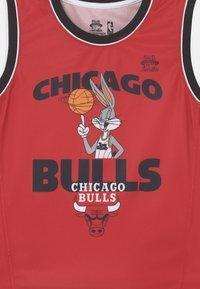 Outerstuff - SPACE JAM NBA CHICAGO BULLS TEAM ZONE DEFENSE SET UNISEX - Pelipaita - red - 3