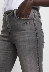 KARL LAGERFELD - CHAIN - Jeans Skinny Fit - grey denim - 3