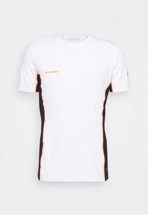 SERTIG MEN - Print T-shirt - white/black/vibrant orange