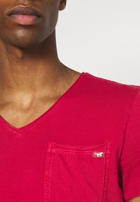 Mustang - WASHED V NECK - T-shirt - bas - chili pepper - 4