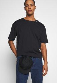 RETHINK Status - UNISEX OVERSIZED - T-shirt med print - black - 3