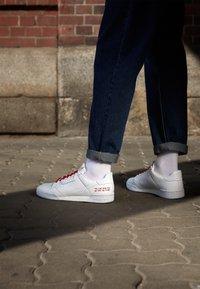 adidas Originals - CONTINENTAL 80 UNISEX - Trainers - footwear white/scarlet - 2