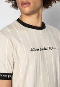Kings Will Dream - CLIFTON - T-shirt med print - sand /white - 4
