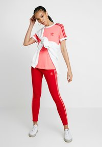 adidas Originals - TEE - T-shirts med print - flash red - 1