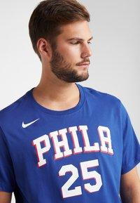 Nike Performance - NBA PHILADELPHIA 76ERS BEN SIMMONS NAME NUMBER TEE - Print T-shirt - rush blue - 3