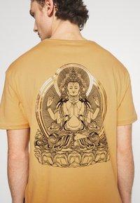 YOURTURN - UNISEX - Print T-shirt - taupe - 5