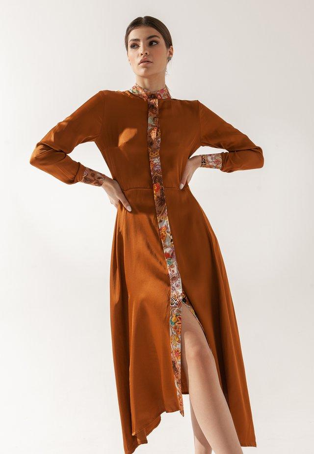 CAMELIA - Robe chemise - bronze