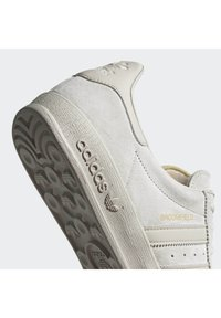 adidas Originals - BROOMFIELD - Sneakers basse - rawwht/cbrown/goldmt - 6