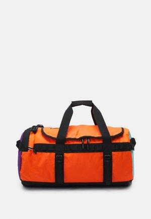 BASE CAMP DUFFEL UNISEX - Reistas - orange