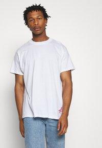 Night Addict - BUYA - T-shirt z nadrukiem - white - 2