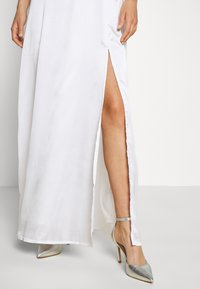 NA-KD - OFF SHOULDER SLIT DRESS - Vestido de fiesta - white - 5
