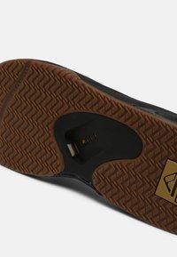 Reef - FANNING - T-bar sandals - grey khaki - 4