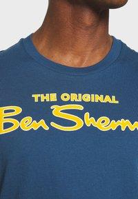 Ben Sherman - SIGNATURE FLOCK TEE - Print T-shirt - indigo - 5