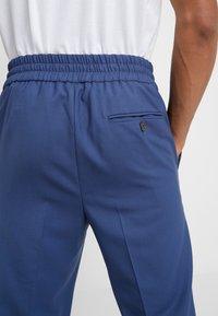 Vivienne Westwood - ELASTIC CROP GEORGE SERGE - Pantaloni eleganti - blue - 3