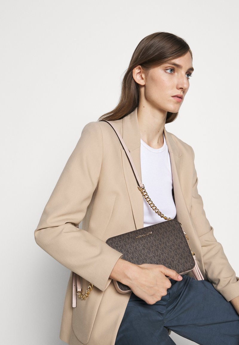 MICHAEL Michael Kors - JET SET CAMERA BAG  - Sac bandoulière - brown/softpink