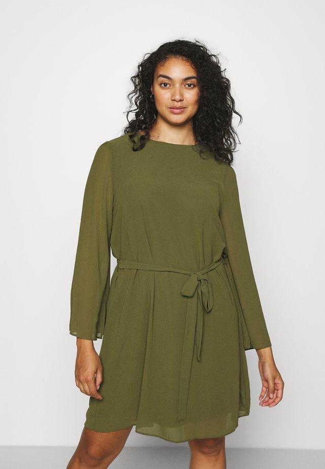 SLEEVE BELTED DRESS - Korte jurk - olive