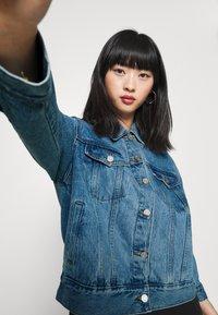 Missguided Petite - Denim jacket - stonewash - 3