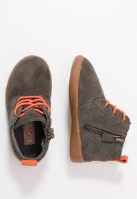UGG - KRISTJAN - Volnočasové šněrovací boty - black/olive - 0