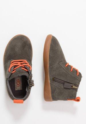 KRISTJAN - Volnočasové šněrovací boty - black/olive