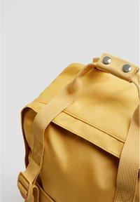 PULL&BEAR - BUNTER RUCKSACK 14123540 - Tagesrucksack - mustard yellow - 3