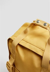 PULL&BEAR - BUNTER RUCKSACK 14123540 - Reppu - mustard yellow - 3