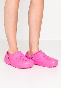 Crocs - CLASSIC LINED - Pantuflas - electric pink - 0