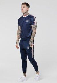 SIKSILK - STARLITE CURVED HEM TAPE TEE - Camiseta estampada - navy - 1