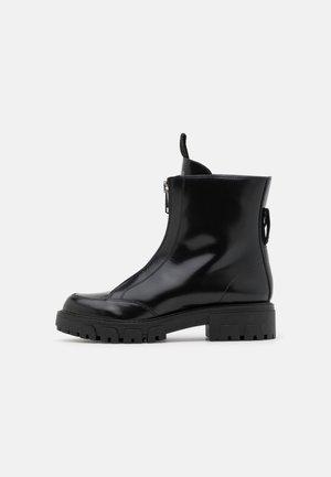 AXEL ZIP BOOTIE - Kotníkové boty - black