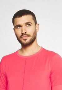 Nike Performance - Basic T-shirt - fusion red - 3