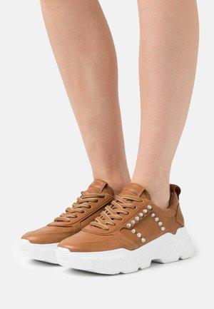 BOOM - Sneakers laag - cognac/silver