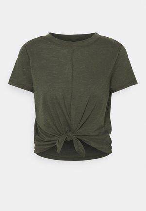 LIFESTYLE TIE UP - T-shirt basic - khaki