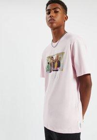 PULL&BEAR - Print T-shirt - rose - 6