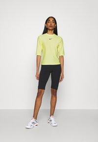Nike Sportswear - T-shirt imprimé - light zitron/black - 1