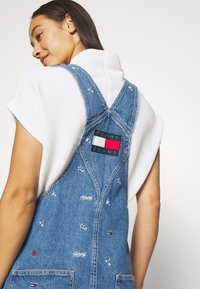 Tommy Jeans - CLASSIC DUNGAREE DRESS  - Denim dress - star critter blue rigid - 3