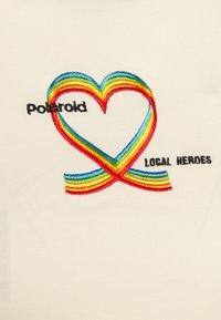 Local Heroes - RIBBON HEART SLIM FIT TEE - Print T-shirt - cream - 2