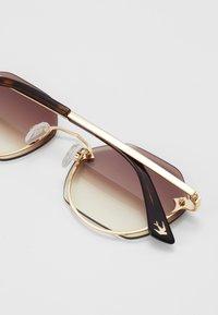 McQ Alexander McQueen - Okulary przeciwsłoneczne - gold-coloured/brown - 2